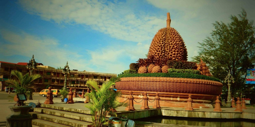 The-Durian-statue-in-the-center-of-Kampot