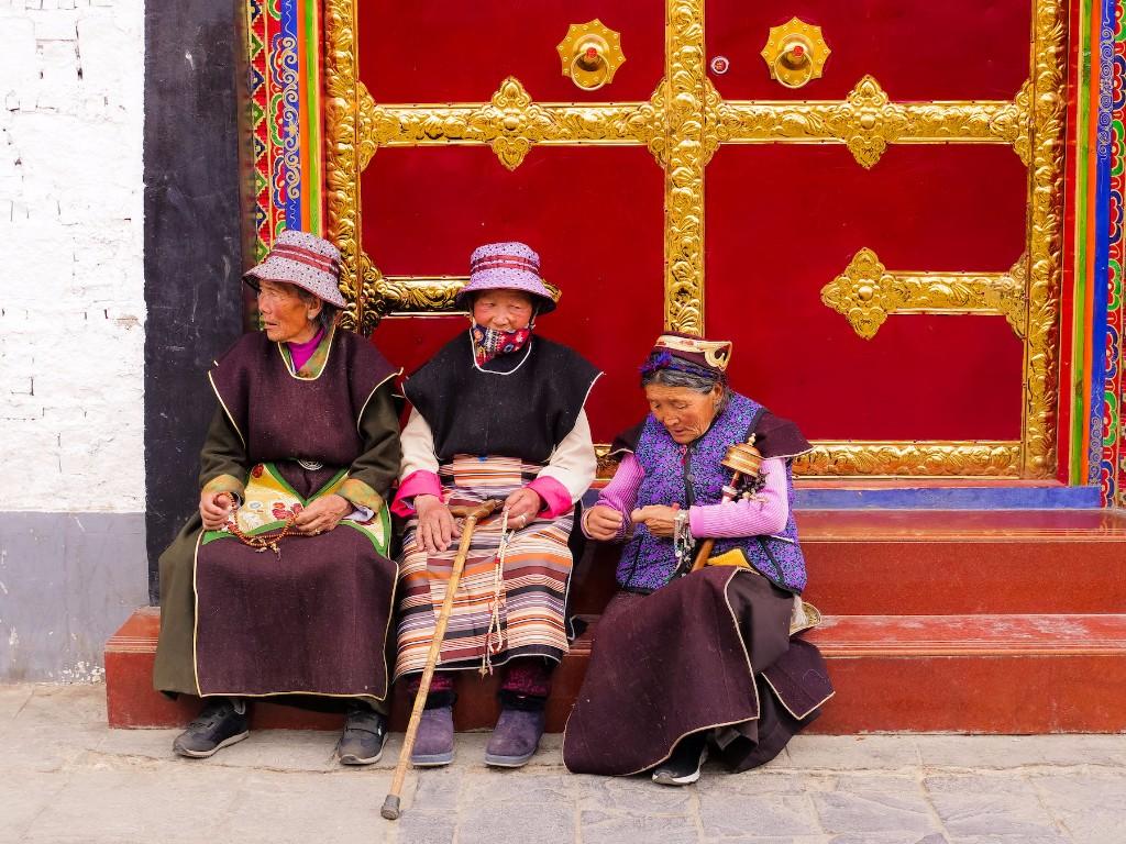 ladies-on-barkhor-street