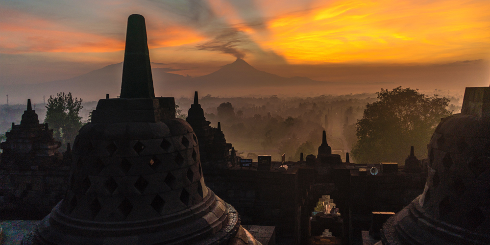 Borobudur_Sunrise_and_Volcano_View