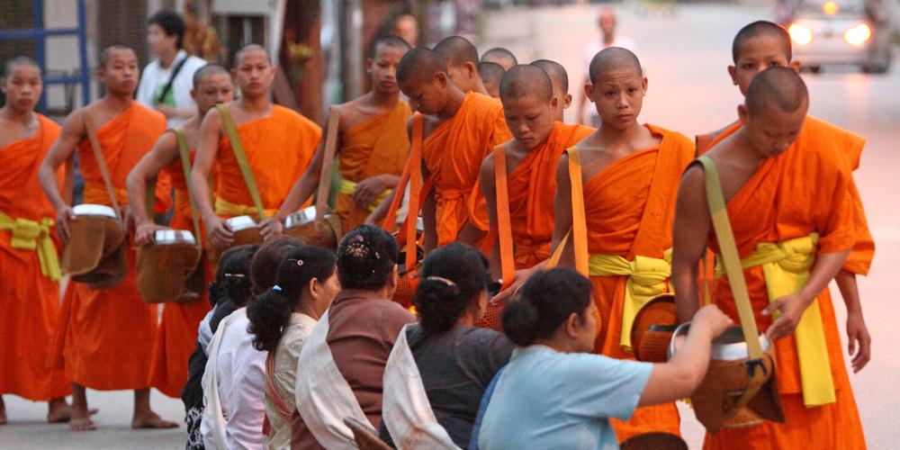 Luang_Prabang_Monks_Alm_Dawn_01