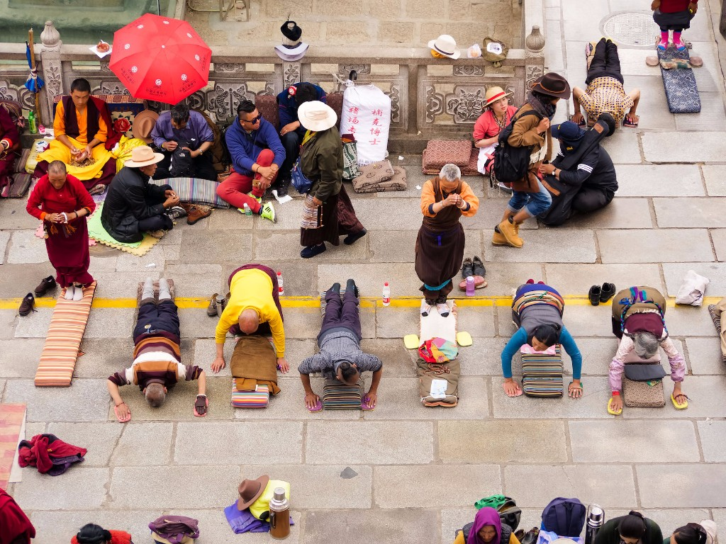 prostrations-in-front-of-jokhang-temple