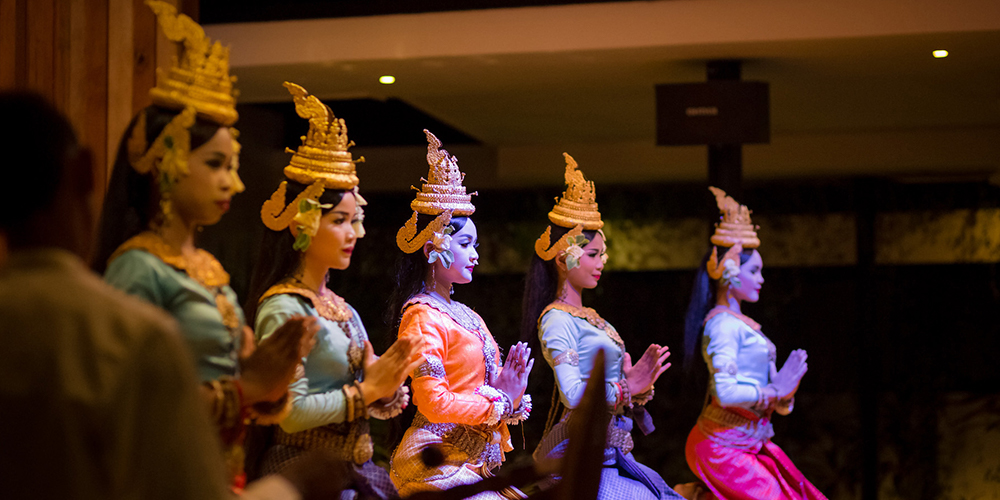 Apsara dancers at Por Cuisine