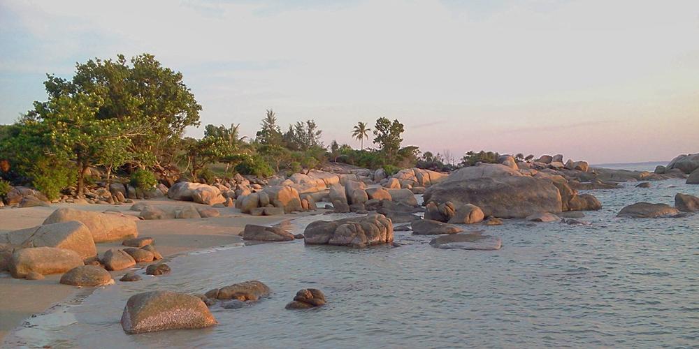 Karang_Merona_Tersapu_Cahaya_Sunset_di_Pantai_Penyusuk_Belinyu_Bangka_Belitung_-_panoramio
