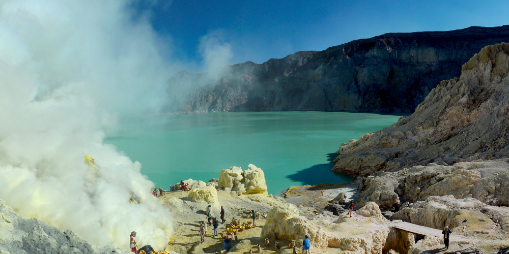 Sulfur_mining_in_Kawah_Ijen_-_Indonesia_-_20110608